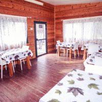 שולחנות אוכל זוגיים בחדר האוכל של בית הספא