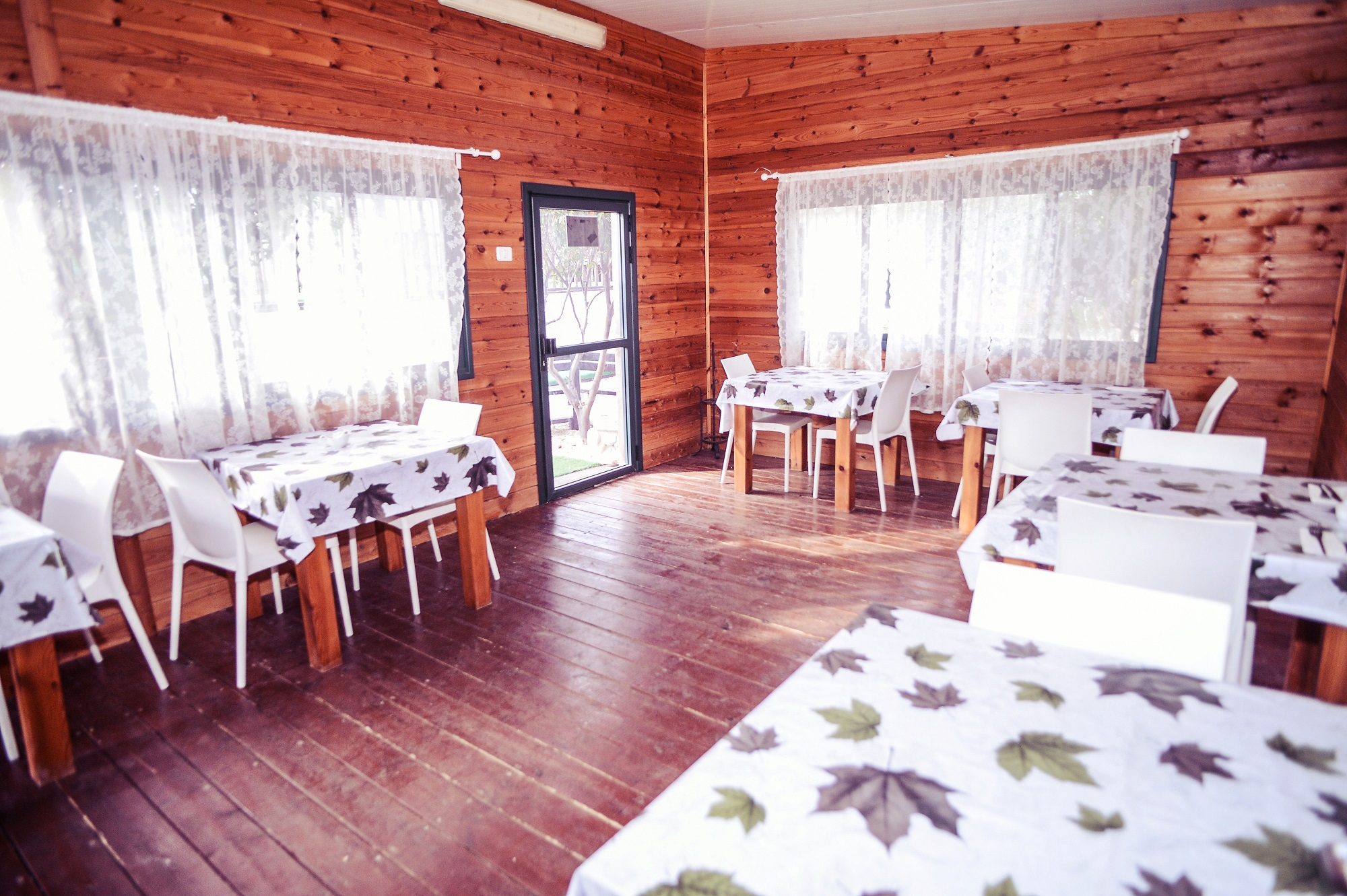 חדר אוכל באווירה כפרית ונעימה