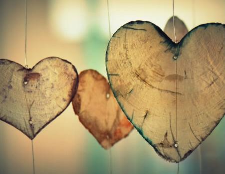 לבבות מעץ תלויים על חוט