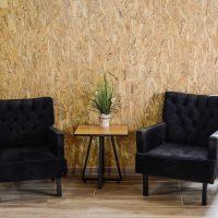 שתי כורסאות המתנה ושולחן קפה בבית הספא