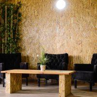 כורסאות מנוחה והמתנה ושולחן קפה בבית הספא