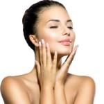 אישה מלטפת את עור פניה לאחר טיפול פנים בספא