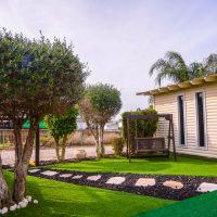 מדשאות הכניסה ושביל הגישה לבית הספא