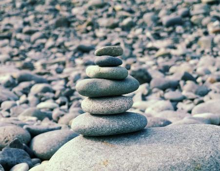 מגדל אבנים חלקות על רקע אבנים